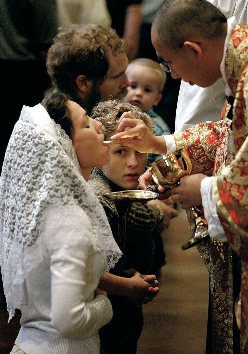 Eucaristia-giovane-latin-mass.jpg