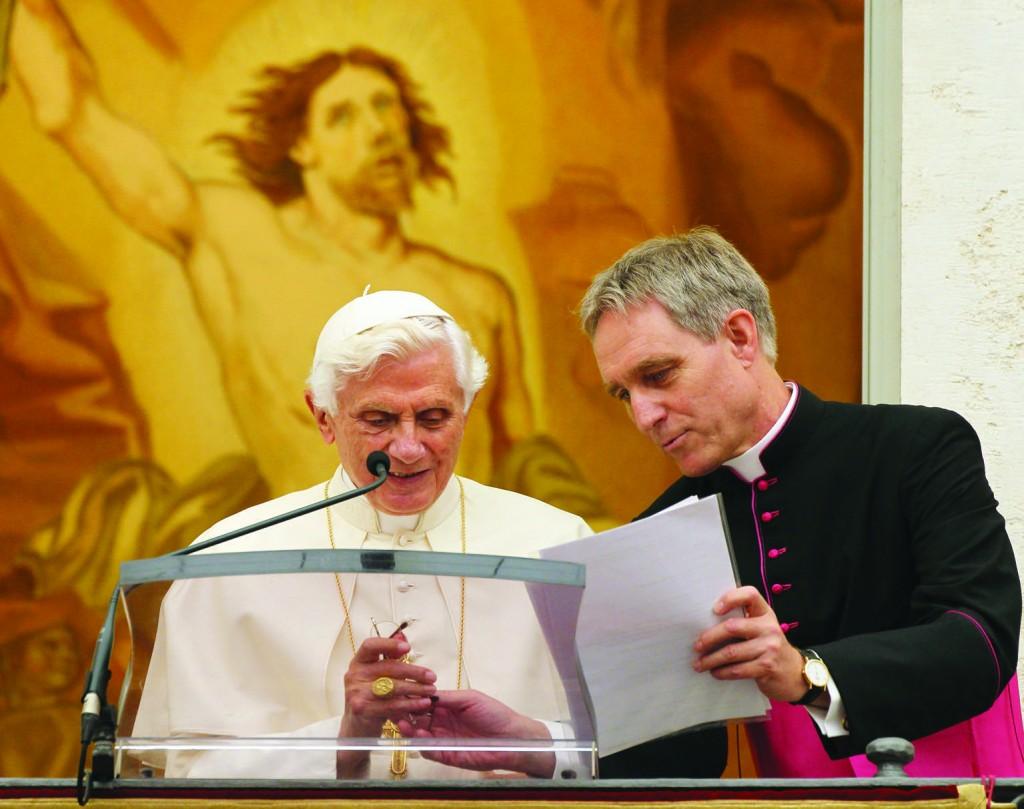 22.07.2012 Castel Gandolfo, Italia. Recita dell'Angelus presieduta dal Papa Benedetto XVI nella residenza estiva. Mons. Georg Gaenswein.