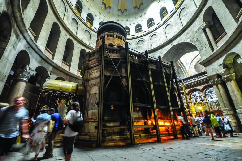 _____Aedicule_which_supposedly_encloses_the_tomb_of_Jesus-LR1