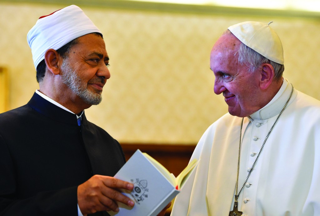23/05/2016 Vatican City. Pope Francis meets the Grand Imam of al-Azhar Ahmed el-Tayeb in the Private Library of the Apostolic Palace.