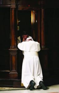 4.03.2016 Basilica Vaticana. Durante la Celebrazione della Penitenza Papa Francesco si confessa. Padre Rocco Rizzo, rettore del Collegio dei penitenzieri vaticani, oggi ha confessato il papa Francesco.